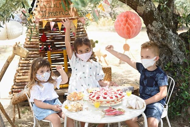 생일을 축하하는 마스크를 쓴 아이들