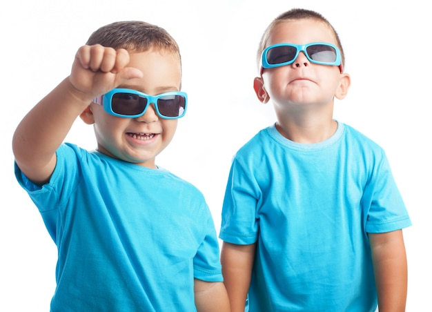 子供のためのサングラスを持つ子供