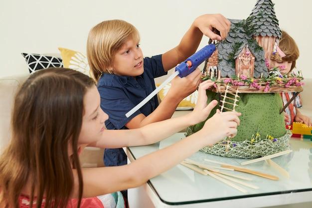 おとぎ話の城で働いている子供たち
