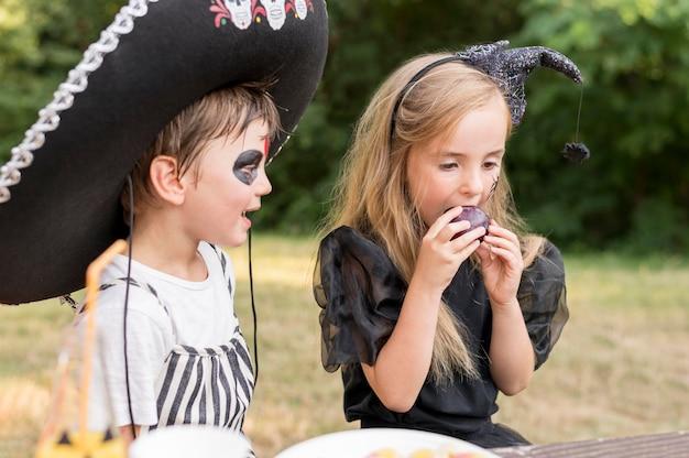 ハロウィーンを祝う子供たち