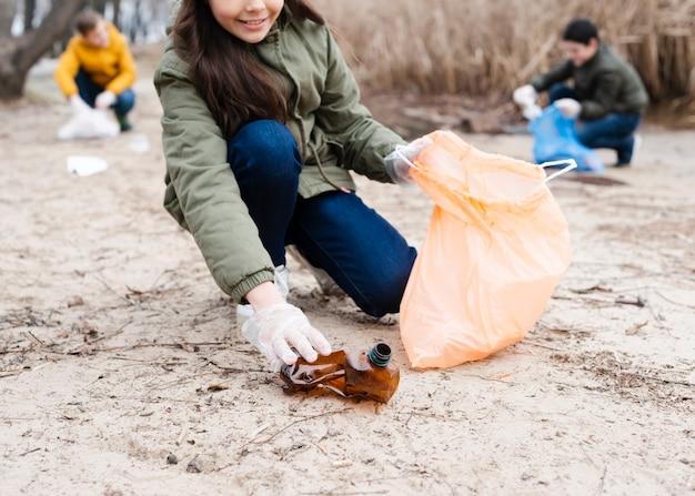 Bambini che puliscono il terreno