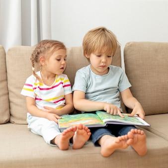 Bambini che leggono sul divano
