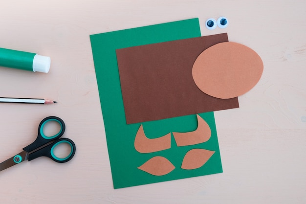 子供の工芸品。 2021年の新年のシンボルである紙で作られた雄牛の作り方。ステップ1