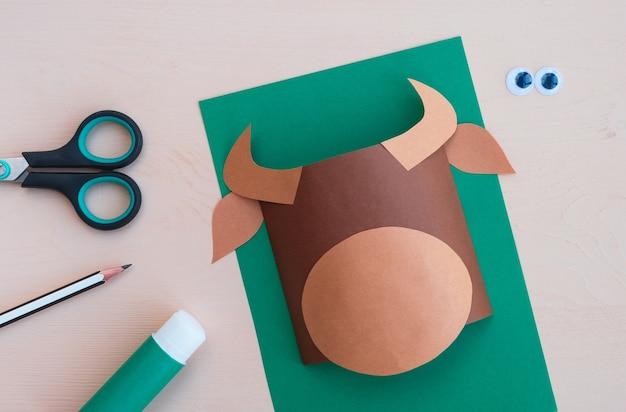 子供の工芸品。 2021年の新年のシンボルである紙で作られた雄牛の作り方。ステップ3