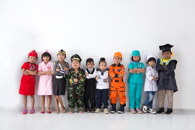 さまざまな職業の衣装を着た子供たち
