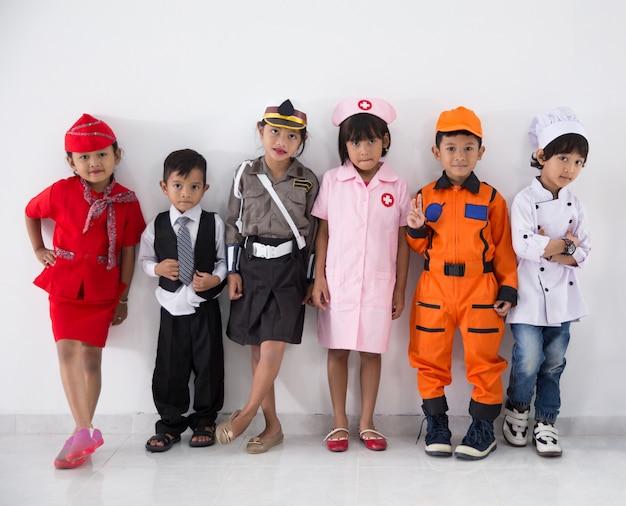 Дети одеты в костюмы разных профессий