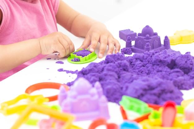아이들의 손은 운동 모래를 재생합니다