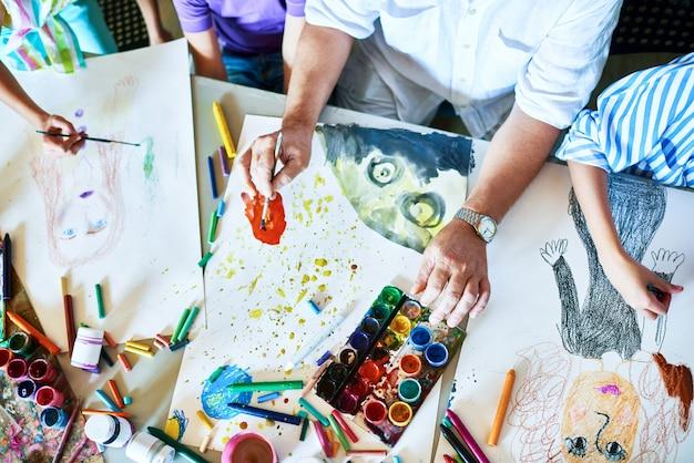 アートクラスの子供たちの絵画