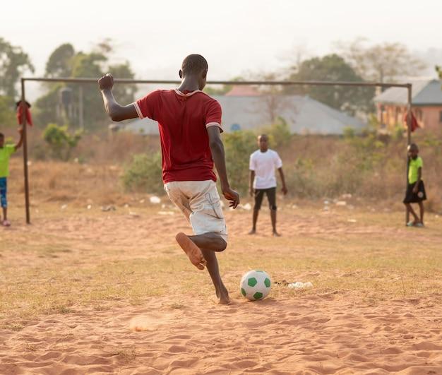 サッカーをしている子供たち