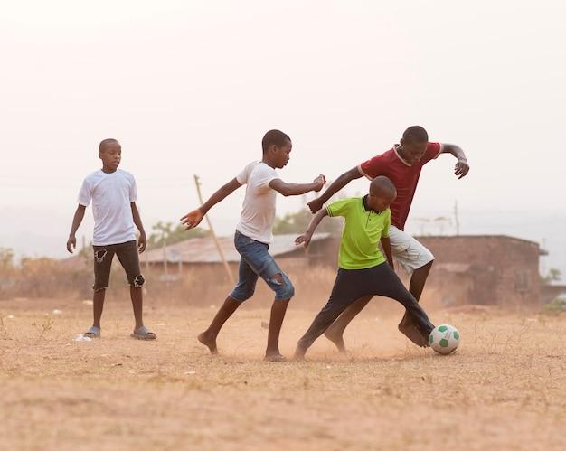 サッカーをしている子供たち 無料写真