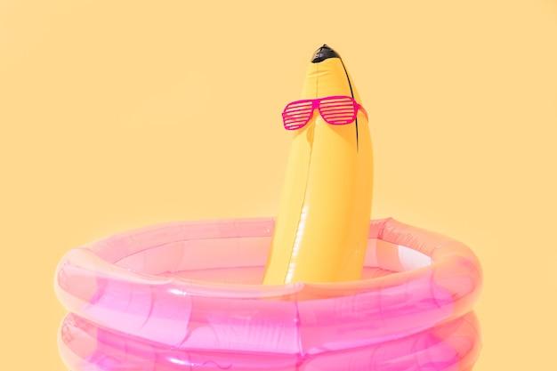 Детский бассейн с надувным бананом в форме банана и солнцезащитными очками