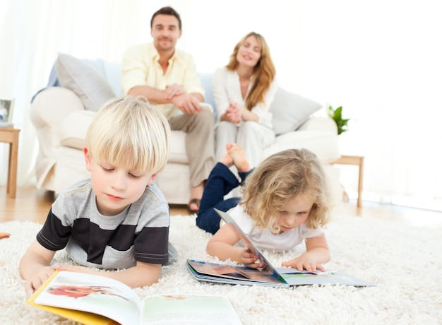 子供向けの本を読む