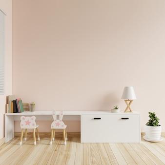 테이블과 의자가있는 크림색 벽이있는 어린이 방