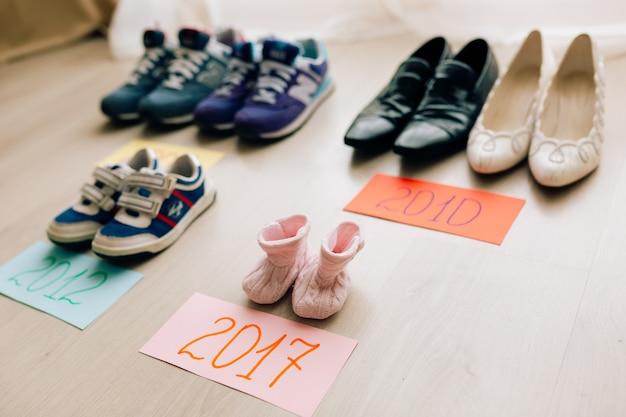 大人の隣にある子供靴