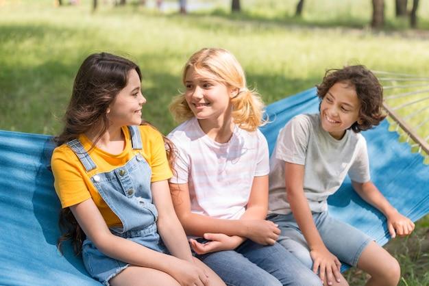 ハンモックに座っている子供たち