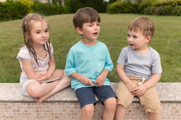 Дети сидят на скамейке