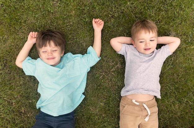 잔디에 앉아있는 아이들
