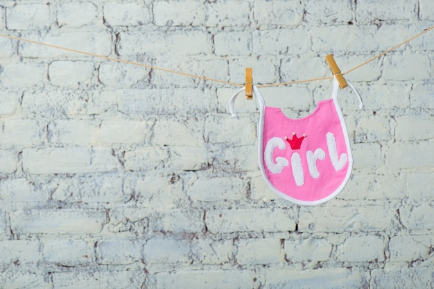 흰색 벽돌 벽 배경에 밧줄에 어린이 유아 핑크 타액