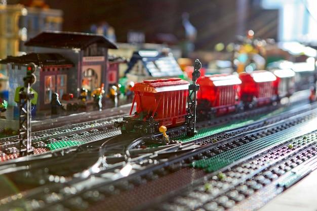트랙에 어린이 장난감 기차. 아이들을 위한 장난감 기차와 기차역. 햇빛