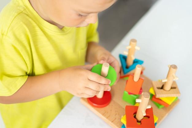 어린이 나무 장난감 아이는 논리적 나무 장난감을 수집합니다. 어린이를위한 교육 논리 장난감