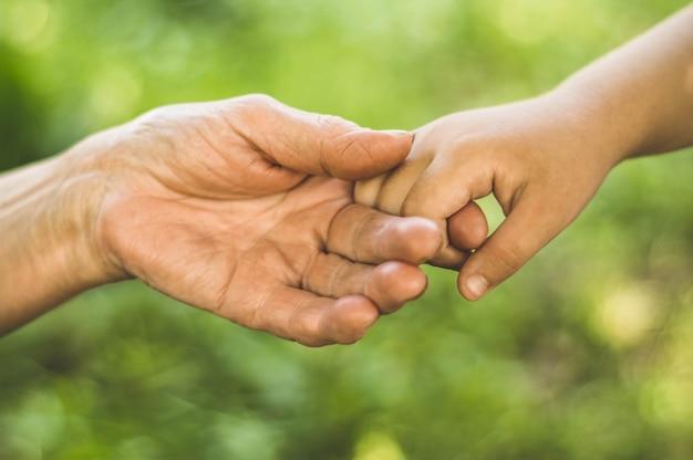 Чайлдс рука и старая бабушка