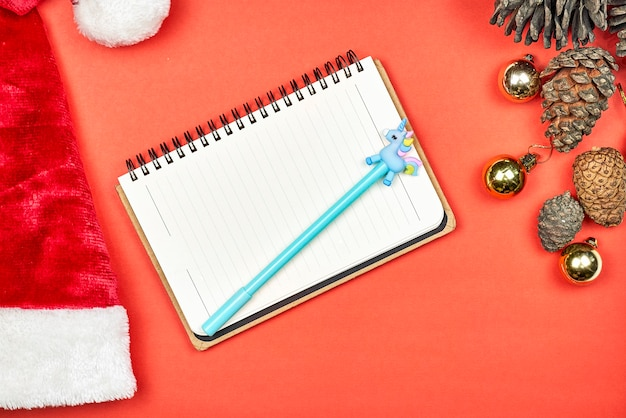子供のメモ帳。サンタクロースに手紙を書いている子供。クリスマスのメモ帳