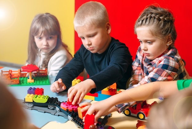 クラスでコンストラクターブロックで遊ぶ子供たち