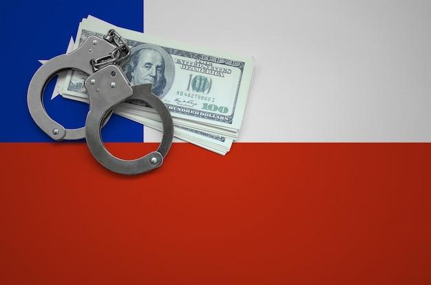 Флаг чили с наручниками и пачкой долларов. концепция нарушения закона и воровских преступлений