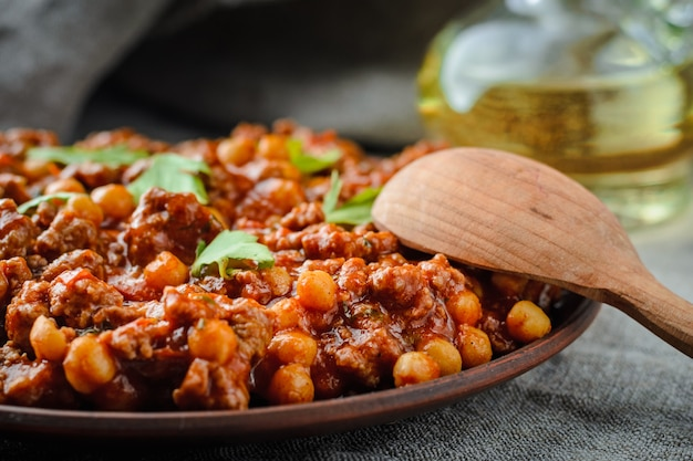 Chile with pork and chickpeas in a dark key