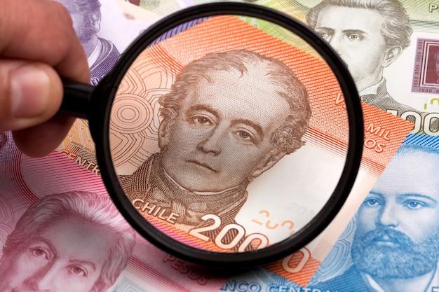 Чилийские деньги в увеличительном стекле бизнес-фон