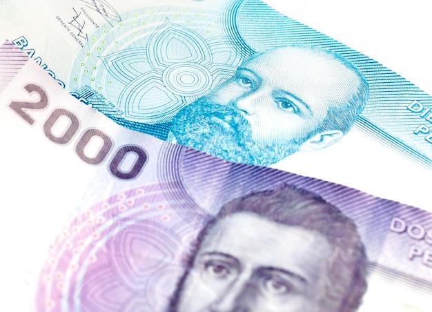 칠레 경제 및 금융 개념에 대한 흰색 배경에 고립 된 칠레 페소 지폐