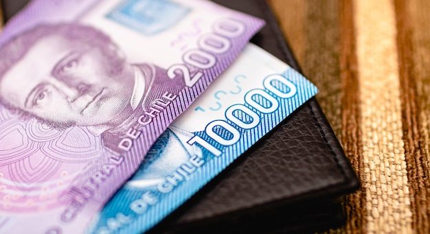 写真撮影でチリのお金であるチリペソ紙幣をクローズアップ