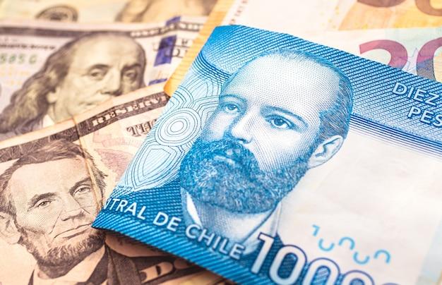 외환 개념과 칠레 경제를 위한 미국 달러와 유로를 사용하는 칠레 페소