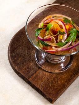 Чилийский лосось севиче. свежий сырой лосось, маринованный с пурпурным луком, кориандром в лимонном соке ..