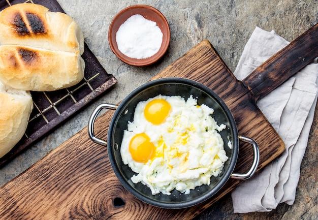 Chilean scrambled eggs and bread