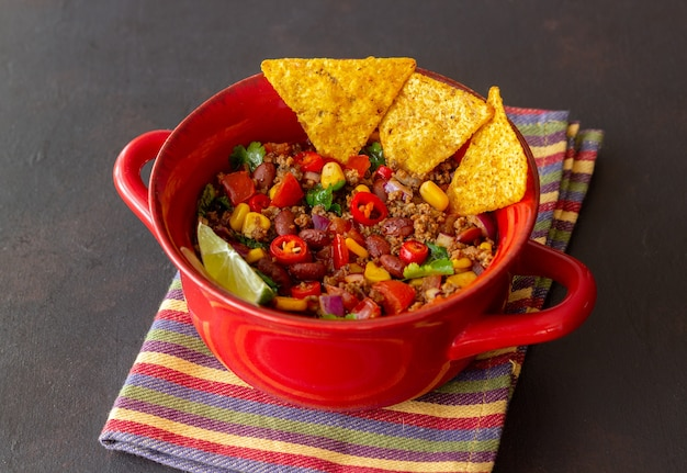 나초 칩을 곁들인 칠리 콘 카르네. 멕시코 음식. 국가 요리.