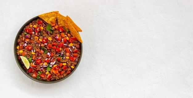 ナチョスチップスを添えたチリコンカーン。メキシコ料理。郷土料理。