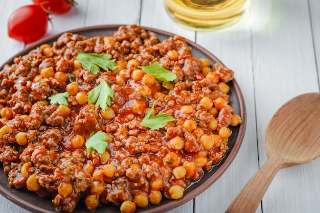Chili con carne with pork and chickpeas.