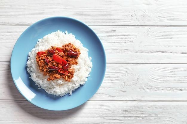 접시에 쌀과 칠리 콘 카르네