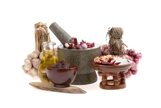 チリソースには、乾燥唐辛子、タマネギ、ニンニク、干しエビ、塩の混合物が含まれており、白い表面の上面図、フラットレイで分離されています。