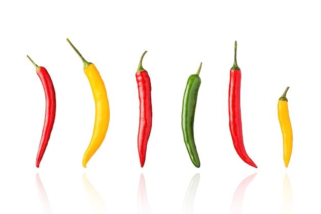 Перец чили, перец чили, красный, зеленый и желтый, изолированные на белом фоне с тенью.