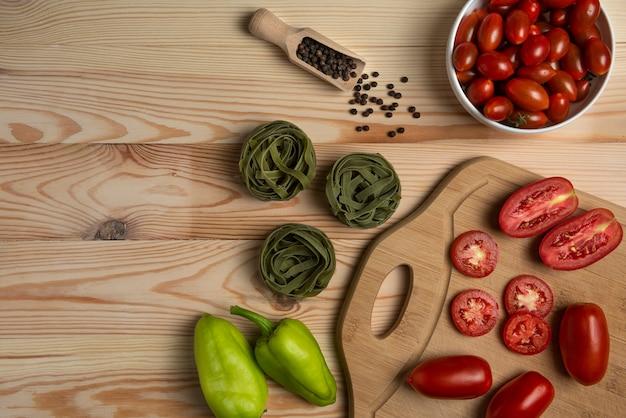 チリトマトとピーマン、グリーンパスタ