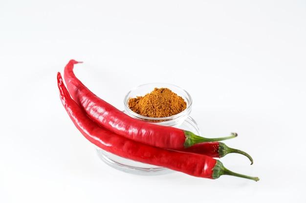 Краснокалильные перцы chili изолированные в белизне.