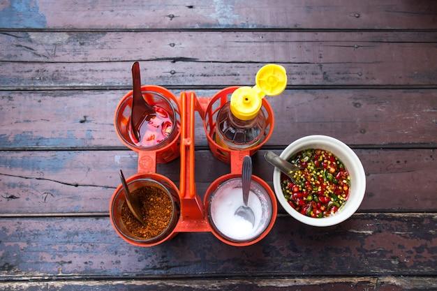 Взгляд сверху приправы партии мола для варить тайскую лапшу с сахаром, уксусом, chilies, соусом рыб. тайская еда