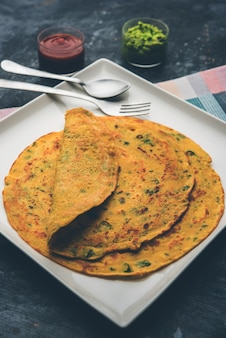 チラまたはベサンチーラは、ひよこ豆の粉といくつかの基本的な材料で作られたシンプルなパンケーキで、グリーンチャトニーとトマトソース(ベジオムレツとも呼ばれます)が添えられています