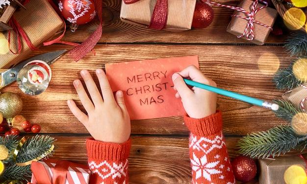 クリスマス飾り、クリスマスホリデーの背景を持つ冷えた手
