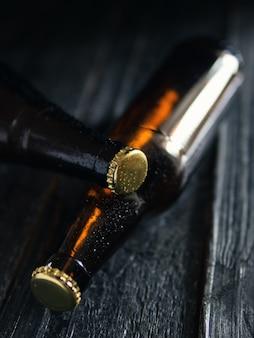 Бутылка охлажденного коричневого пива