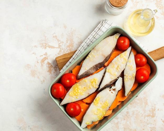 トマトとサツマイモを添えたベーキングディッシュの冷製オヒョウステーキ