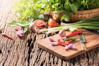 チキンハーブ野菜と木ブロックの唐辛子とタマネギ