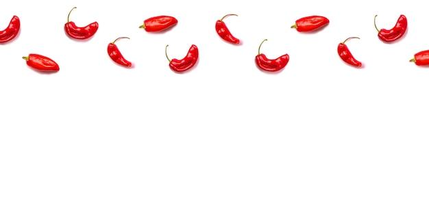白で隔離フラットレイアウト赤ホットchilliiピーマンパターン